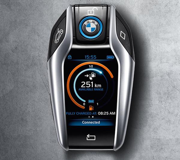 Dokunmatik anahtarlık araçla ilgili bilgileri de sürücüye ulaştırıyor.