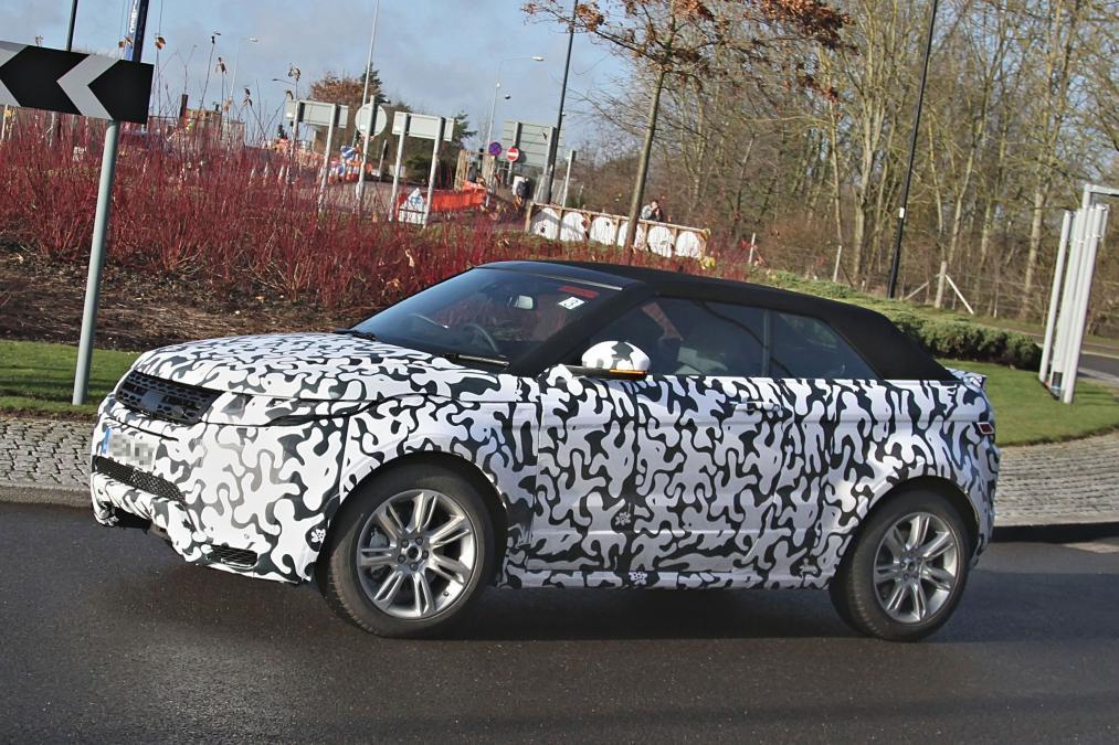 Range Rover Evoque Cabrio'nun bez tavanı aracın çizgisini koruyor