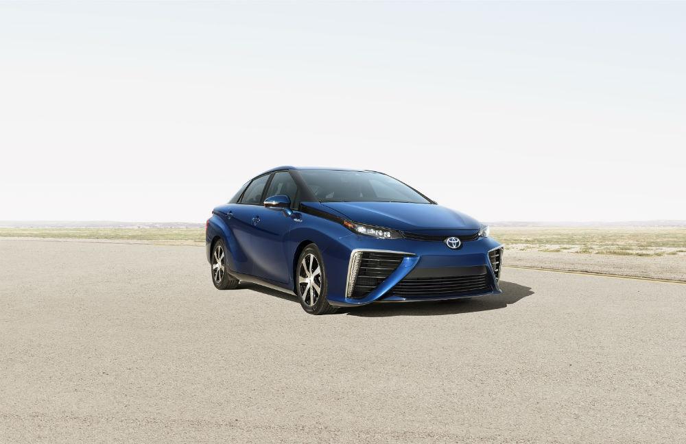 Toyota Mirai, hidrojen ve oksijenin reaksiyonu sonucu sürüş sırasında sadece su buharı çıkarıyor