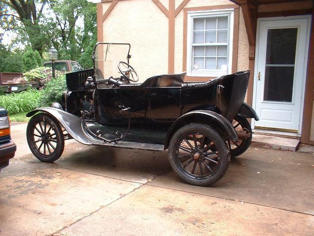 Ford Model T'ye radyo, kapı kısmına sonradan monte edilmişti.