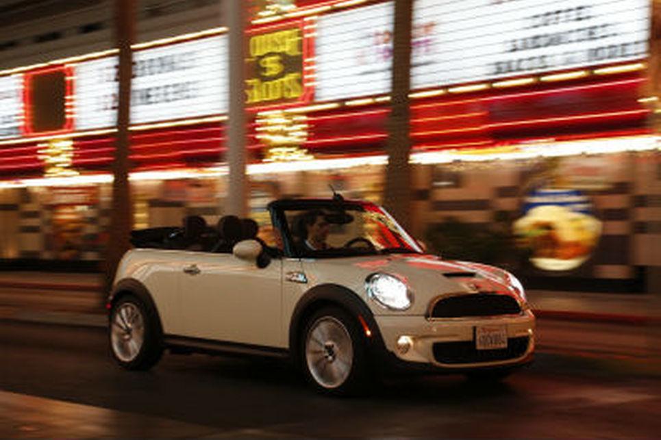 Mini Cooper festivalinden beyaz cabrio bir mini cooper