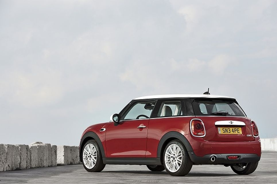 Standart Mini Cooper, 1.5 litrelik, 3 silindirli eskisinden 13 hp daha yüksek olan 134 hp'lik bir motorla 100 km'ye 7.3 saniyede ulaşabiliyor.