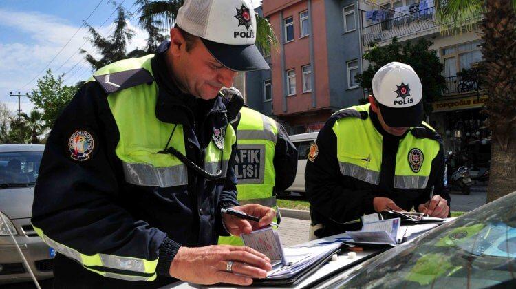 ehliyetsiz araç kullanan kişiye ceza kesen iki polis
